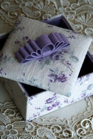 箱の上に布のリボンを付けたことで素敵なボックスとなっています。  また布の柄の雰囲気がアンティークな雰囲気たっぷりです。