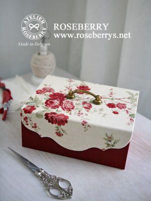 裁縫道具などの道具箱がこんなにかわいいスタイルと色合いで完成。  中を開けると引き出しが付いた2段式になっていて中敷には白地に赤のラインのリネンのナプキンを敷くなど白と赤をテーマに作った美しい箱に仕上がっています。