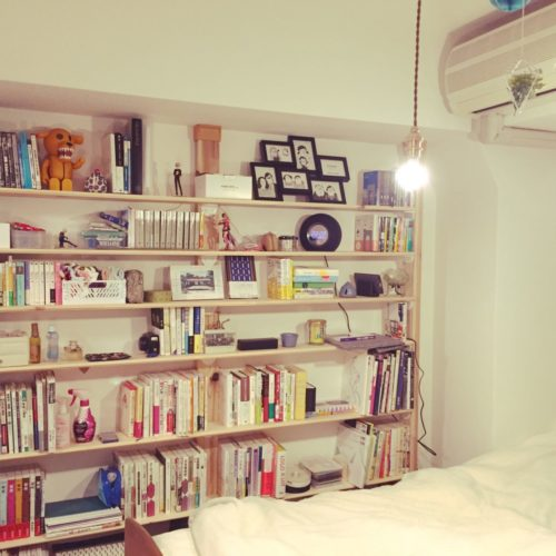 女性で、1DK、一人暮らしの照明/ディアウォール/本棚/棚についてのインテリア実例を紹介。