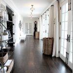 フローリングの床色がダークブラウンのインテリア部屋!家具やラグの組み合わせ21例
