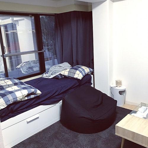 例3)ネイビーとのこんな組み合わせで雰囲気のあるベッドルームを