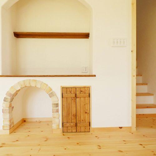 ・例5)リビングに設けたアーチ型の猫用の家やトイレがかわいい!