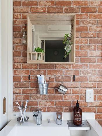 洗面所の壁紙に、レンガ風の壁紙を貼ったカンタンDIY。 鏡を木枠で囲うアイディアも、とても参考になります。