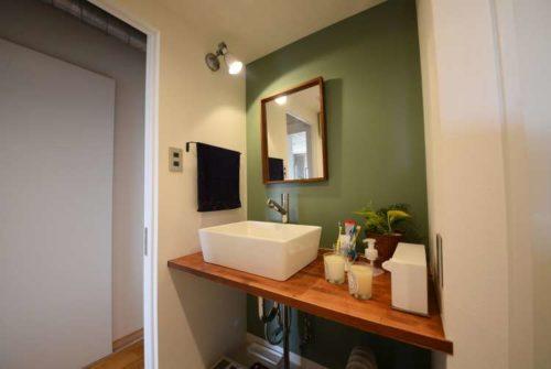 例19 グリーンの壁紙で洗練されたモダンな雰囲気に