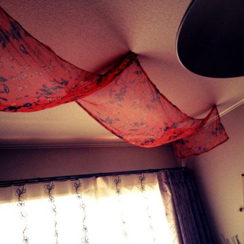 天井から布を垂らすインテリア