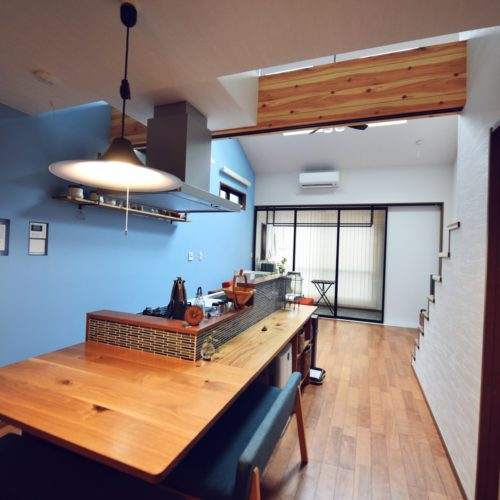 ・例1)キッチンで多く選ばれるブルー系のアクセントクロスの魅力