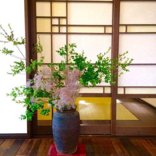 女性で、、家族住まいの障子/無垢材の床/花のある暮らし/和モダン/和風/植物のある暮らし…などについてのインテリア実例を紹介。