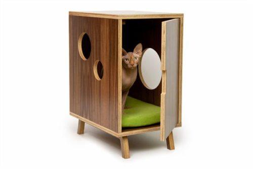 サイドテーブル兼、猫のお家です。  こんな家具から顔を出した姿はたまりませんね。