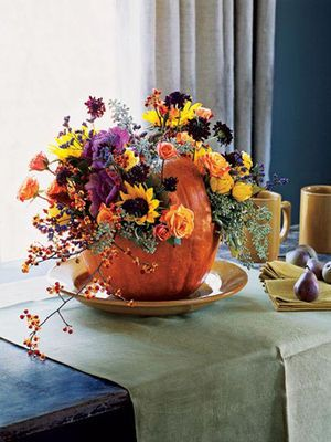 ・カボチャに花を飾ってテーブルを演出!
