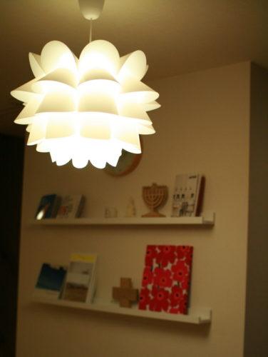 KNAPPA」は税込み2,999円でこんなおしゃれな照明が買えてしまうというおすすめ品です。  シェードの花びらのように柔らかく広がる光がムード