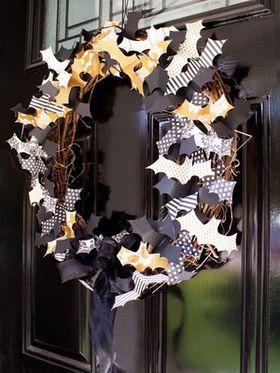・コウモリのリースを玄関に飾り付けて