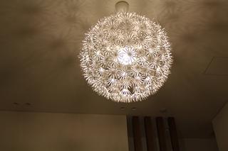 MASKROS」のペンダントランプと「IKEA PS MASKROS」のランプがあり、両方とも似た雰囲気で、天井にきれいな陰影を作ってくれます。華やか