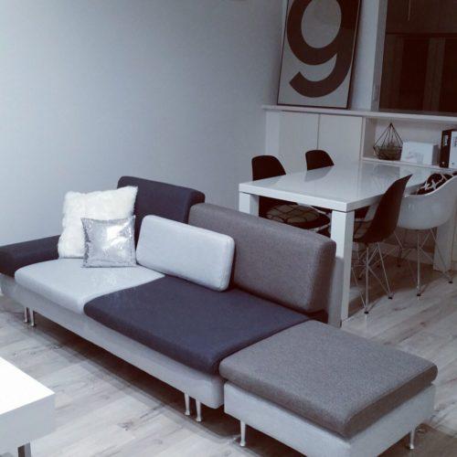 女性で、のソファー/フランフラン/ニトリのクッションカバー/ニトリ/白い床/エアープランツ…などについてのインテリア実例を紹介。