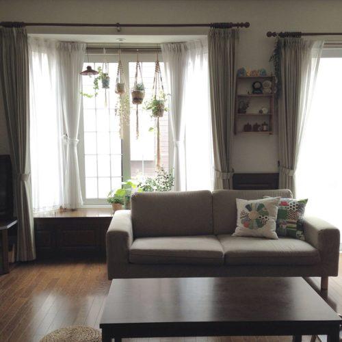 女性で、3LDK、家族住まいの植物/出窓/プラントハンガー/観葉植物/無印良品 ソファ/無印良品 テーブル…などについてのインテリア実例を紹介。