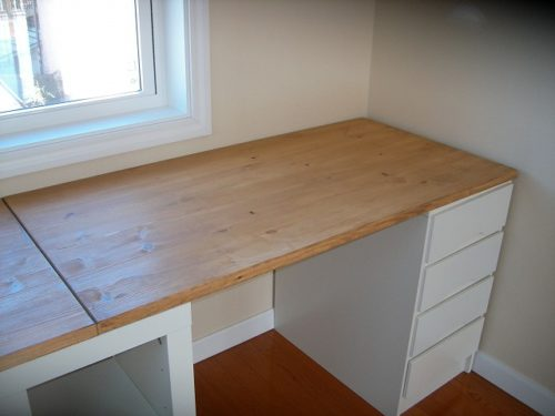脚に横板がありますので、それを棚として両脇に収納をしたというアイデアが活かされたテーブルのDIYです。  こんな所に収納すればテーブルの上は邪魔にならずに済みます。