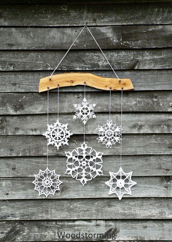 こちらは、雪の結晶のオーナメントを木に飾り付けてモビールのようにしています。