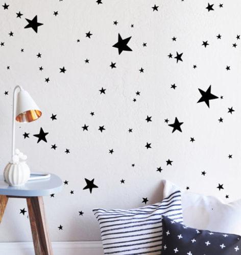 大小の星を不規則に貼ってロマンティックな壁にしています。  昼も夜も楽しめそうな壁です。  寝室や子ども部屋にもおすすめですね。
