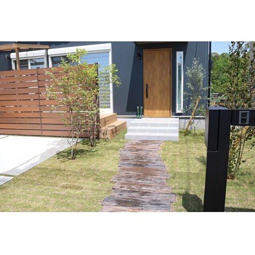 女性で、4LDKのグリーン/枕木 アプローチ/ウッドフェンス/ガーデン/カツラ/ブルーベリー…などについてのインテリア実例を紹介。