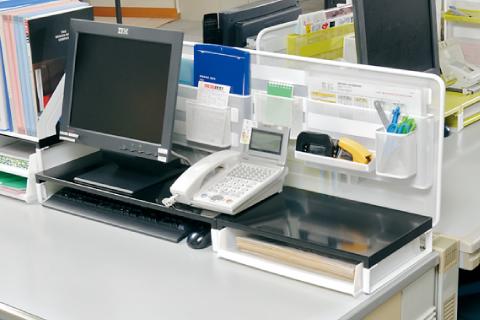 何でもくっつけるデスクトップパネルが収納に大活躍