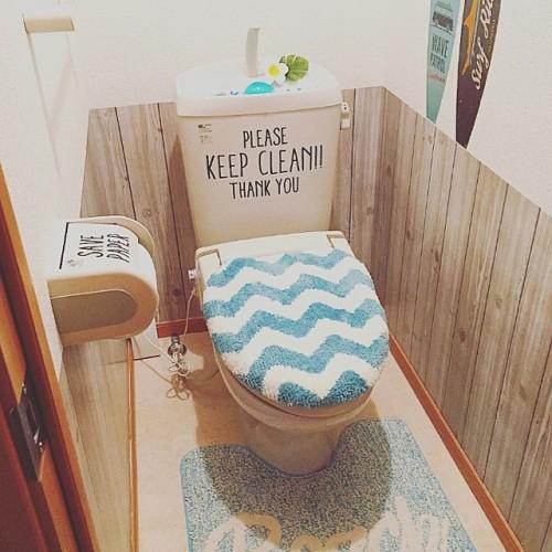 こちらも腰壁風にリメイクシートを利用しているアイデアです。  トイレのタンクやトイレットペーパーにウォールステッカーを貼って明るい雰囲気にしているのもいいですよね。