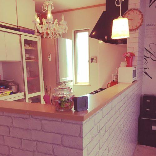 女性で、の壁紙屋本舗/キッチンカウンター/キッチンについてのインテリア実例を紹介。