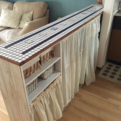 カラーボックスに天板を渡してキッチンカウンターをDIYしています。  かわいいタイルを貼っているのが印象的なキッチンカウンターです。  タイルで天板を貼り、機能性とかわいい感じの両方を実現させています。