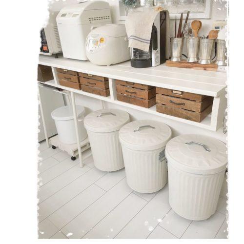 女性で、4LDKのゴミ箱/ペイント/キッチンカウンターDIY/野田琺瑯のライスストッカー/30年前のホームベーカリー…などについてのインテリア実例を紹介。