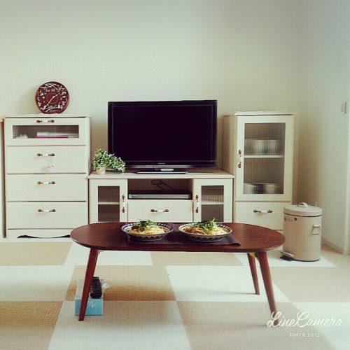 のカーペット/白い家具/1LDK/新婚/リビングについてのインテリア実例を紹介。