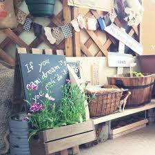 ラティスを立て掛けてその手前に台を作り家庭菜園を行い、黒板ボード、ガーランドなどを飾り付けています。  こうした雑貨を使う事で楽しい雰囲気が演出できます