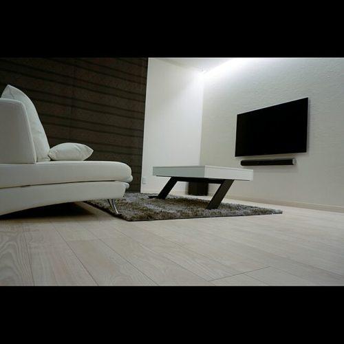 テレビ台を置かなくていいようにテレビは壁掛けにすると随分空間がすっきりしますよね。  棚なども全てカウンター下にまとめてしまうというのもいい方法です。  ソファは置かずに、床で過ごすのも狭いスペースで
