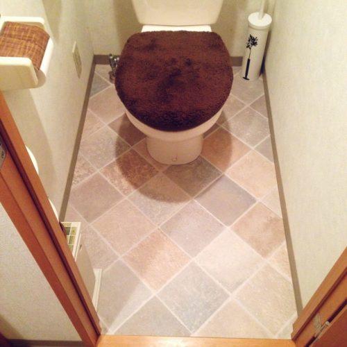 男性で、1KのDIY/トイレ床/かべがみや本舗/タイル柄シート/バス/トイレについてのインテリア実例を紹介。