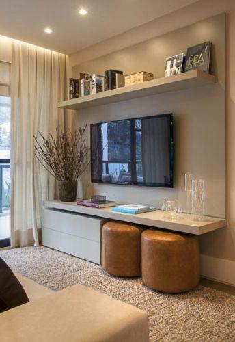 壁付けのテレビはインテリアの一部に、棚も自由に設置可能に