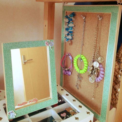 ジュエリーBOXの上に鏡を置いて横にはコルクボードでアクセサリーを飾るだけでドレッサー感あふれる