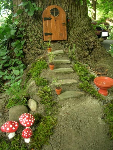 木の幹にドアを付けてみてはいかがでしょうか?  不思議の国のアリスが落ちたウサギの穴はこんなものだったのかもしれませんね。