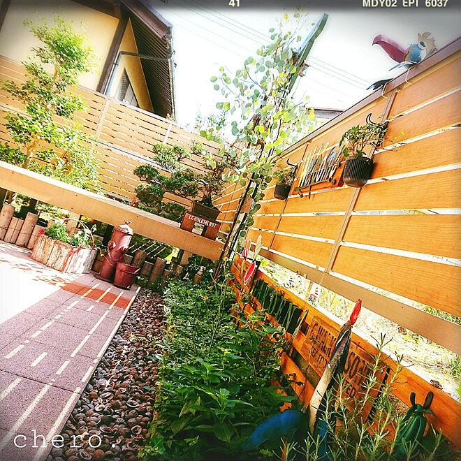 フェンスに飾り付けて高さを活かす方法も