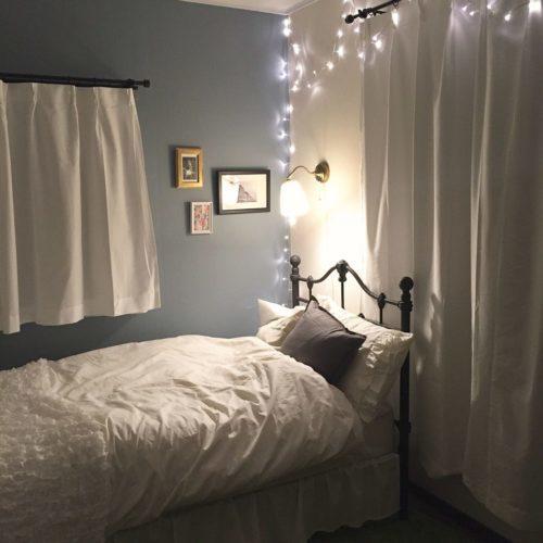 寝室の壁紙がグレーの部屋