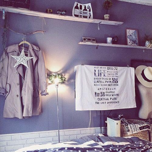 寝室の壁紙が青の部屋