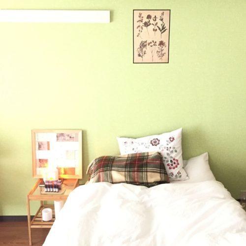 寝室の壁紙が緑の部屋