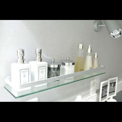 すっきりした化粧品収納を目指すならばこんなおしゃれなガラスシェルフ