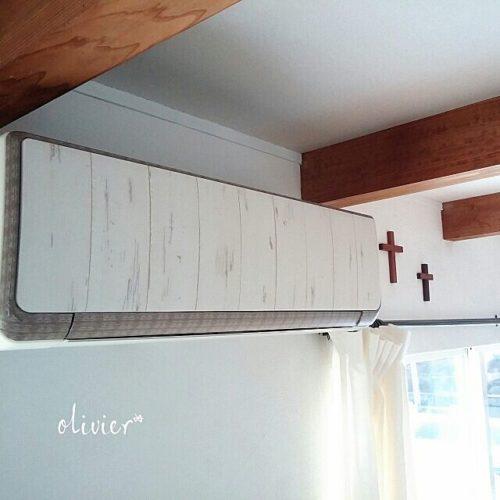 キッチンに使った壁紙とマスキングテープでエアコンパネルのリメイクをしている例