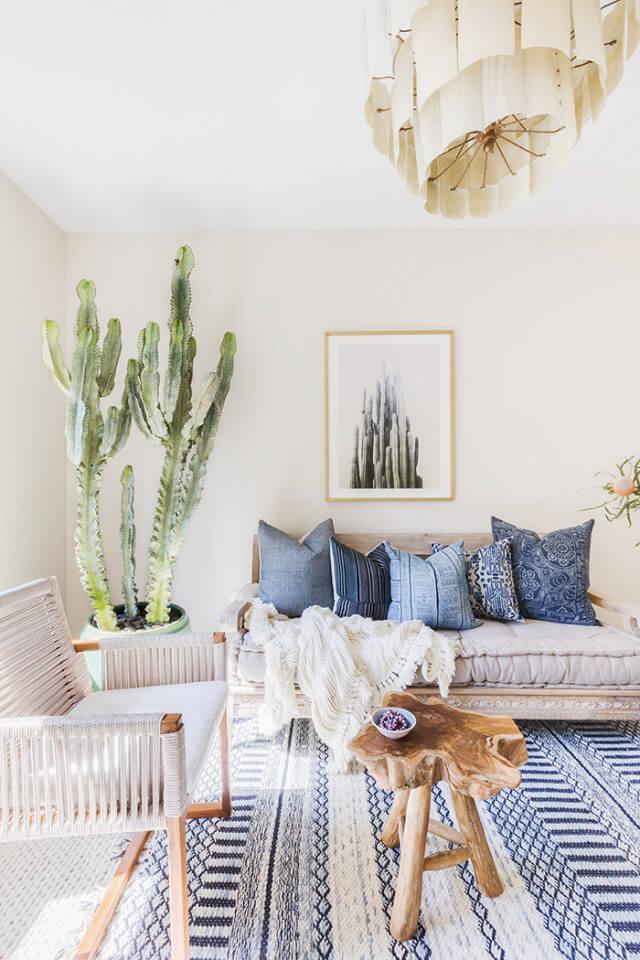 机や壁にかけられた絵やテーブルにおかれた置物に至るまで鮮やかなターコイズブルーが散りばめられており、爽やかな気分にしてくれます