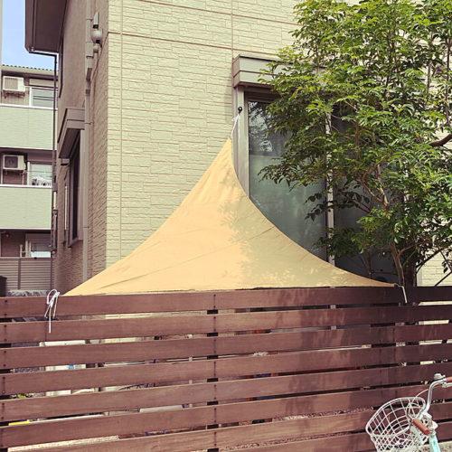 タープを使った庭の目隠しアイデア三角シェード
