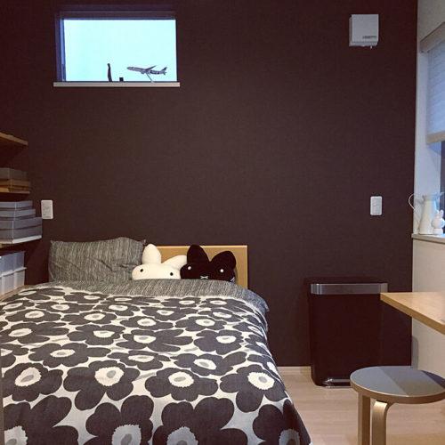 マリメッコ好きのインテリア部屋ベッドを飾る掛け布