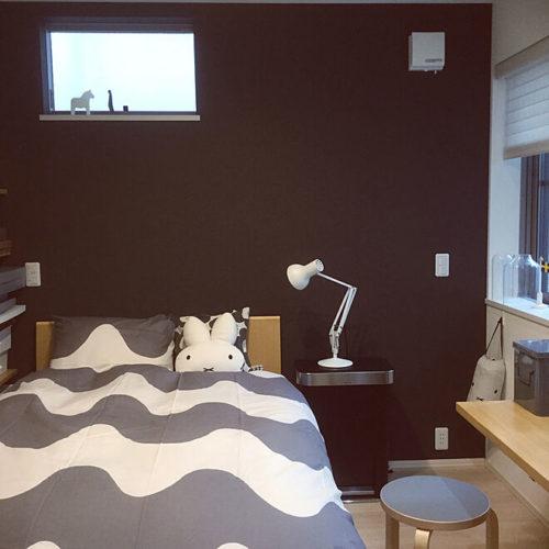 マリメッコ好きのインテリア部屋ベッドを飾る柄違い