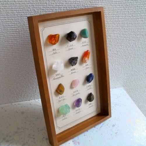 石の飾り方がおしゃれなインテリア部屋